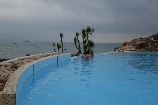 AVANI Quy Nhon Resort & Spa: Pool mit Meerblick