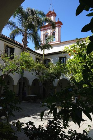 La Almoraima: Courtyard from entrance of reception to Habitaciones