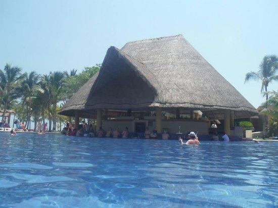 Barcelo Maya Caribe: Nuestra segunda casa... el bar piscina.