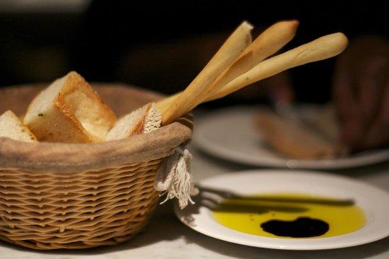 Tozi Restaurant & Bar: Breadsticks for the starter