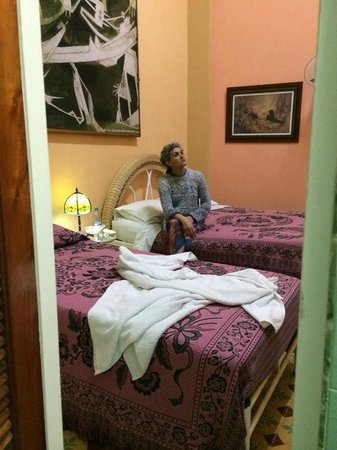 Casa Cristo Colonial: Room with dobule and single bed, air con, fan, private bathroom and safe