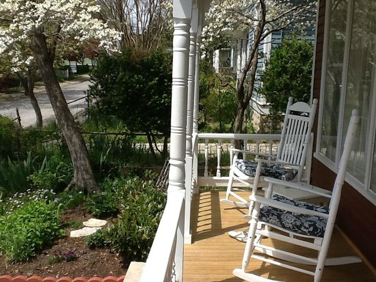 Elk Street Cottage : Relaxing Front Porch