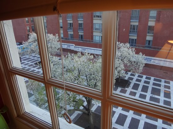 Thomas Bond House Bed & Breakfast : View unto the plaza from our room.