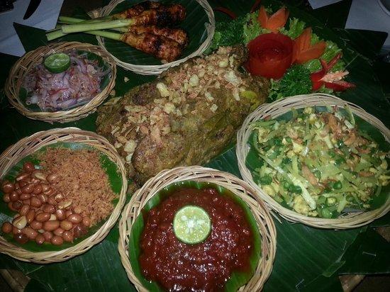 Puri Sunia Resort : diner au restaurant de l'hôtel