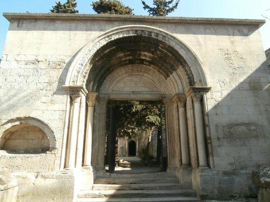 Les Alyscamps : Saint Honorat: ingresso alla chiesa