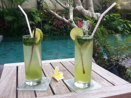 Puri Sunia Resort : cocktail au bord de la piscine