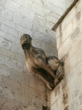 "Les Alyscamps : Saint Honorat: ""doccione"" a gargoyle"