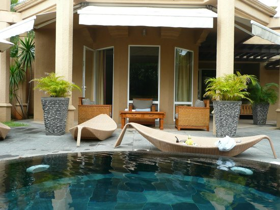 Mauricia Beachcomber Resort & Spa : Le coin salon extérieur de la villa