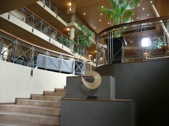 Mauricia Beachcomber Resort & Spa : une partie du hall, près de la réception