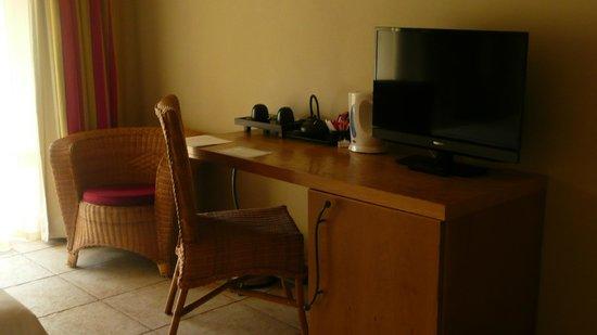 Mauricia Beachcomber Resort & Spa : Coin bureau, café, thé et minibar dans les deux chambres de la villa