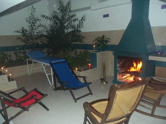 Women's Wellness Hostel: Zona de estar - Chimenea BBQ