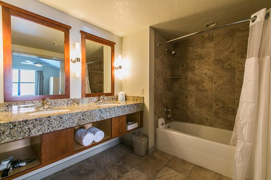 Cliffrose Lodge & Gardens: Riverside Suite Bathroom