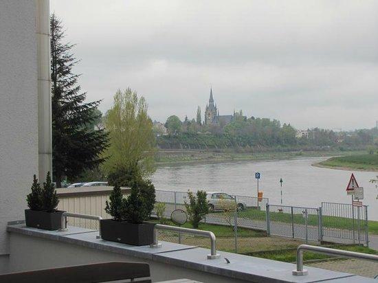 AMEDIA Hotel Dresden Elbpromenade: Look at the Elba river from the hotel's garden