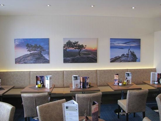 AMEDIA Hotel Dresden Elbpromenade: Beautiful pictures at the hotel's bar