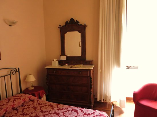 Torre Guelfa Hotel: antique furniture