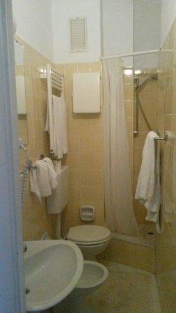 Hotel Moresco : Bagno piccolo ma pulito (come la stanza)