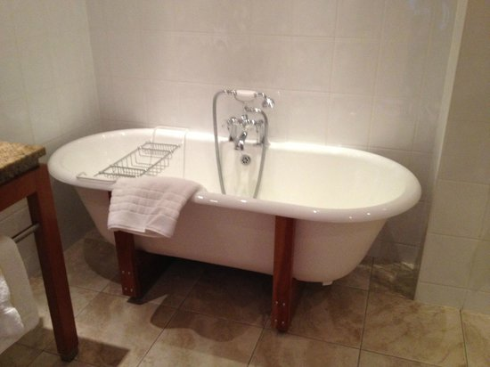 Aghadoe Heights Hotel & Spa: Rooms have real bathtub in addition to shower