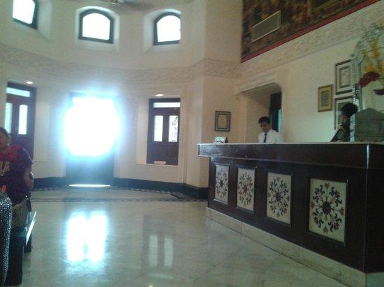 The Lalit Laxmi Vilas Palace Udaipur: lobby ceiling