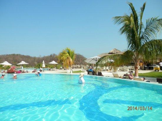 Secrets Huatulco Resort & Spa: Pool area