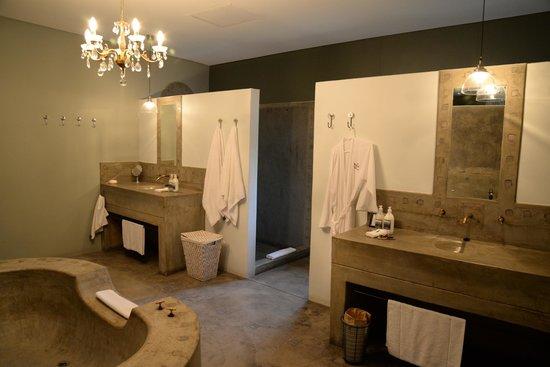 Olive Grove: Bathroom