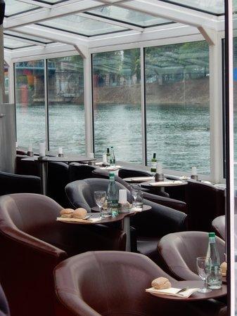 Paris en Scene - Diner croisiere : repas servi près des baies vitrées