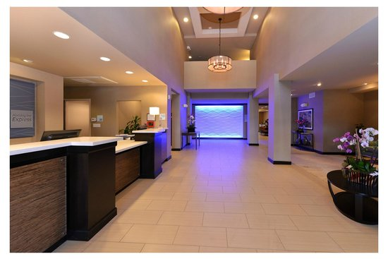 Holiday Inn Express & Suites Indio: Front Lobby