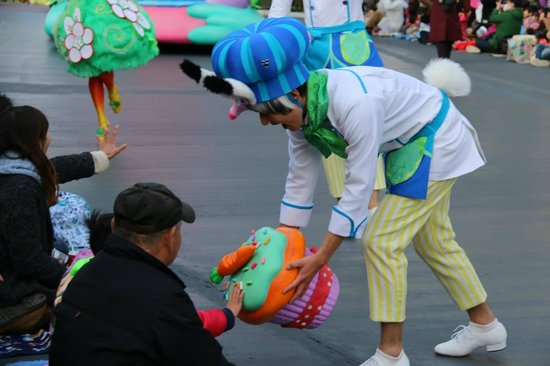 Tokyo Disneyland: Performer giving the boy touch his cupcakes