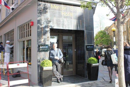 Radisson Blu Edwardian Mercer Street Hotel : вход в отель