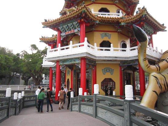 Dragon Tiger Tower: 龍虎塔