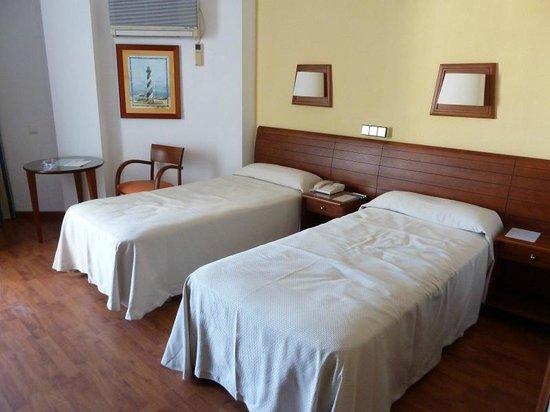 Hotel Puertobahía & Spa: 2 camas de 90, más bien durillas