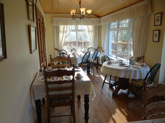 Friars Glen : Breakfast room looking over manicured lawns; both mornings we stayed, deer grazed outside as wel