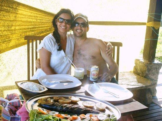 Apa Pau Brasil Hotel : Nos no quiosque do Ranieri com a anchova servida