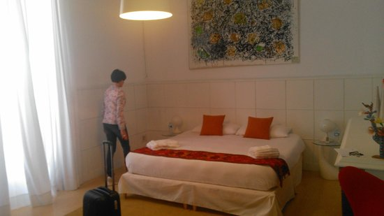 Cami Bed and Gallery: Chambre lumineuse et spacieuse
