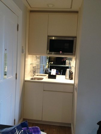 Fraser Suites Edinburgh: microwave, sink