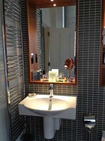 Fraser Suites Edinburgh: large bathroon