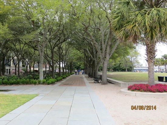 Charleston Waterfront Park: Walkway