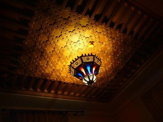Dar Al Madina Al Kadima: Lámpara de una de las habitaciones