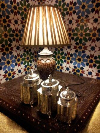 Dar Al Madina Al Kadima: Lámpara de la sala junto al patio central