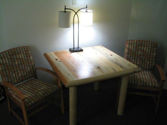 BEST WESTERN East Zion Thunderbird Lodge: King Room - woodsy furnishings.