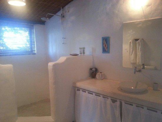 Hotel Fazenda Cala & Divino: Banheiro do quarto. Impecável e com uma vista linda.