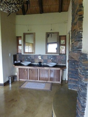 Tuningi Safari Lodge: Bathroom