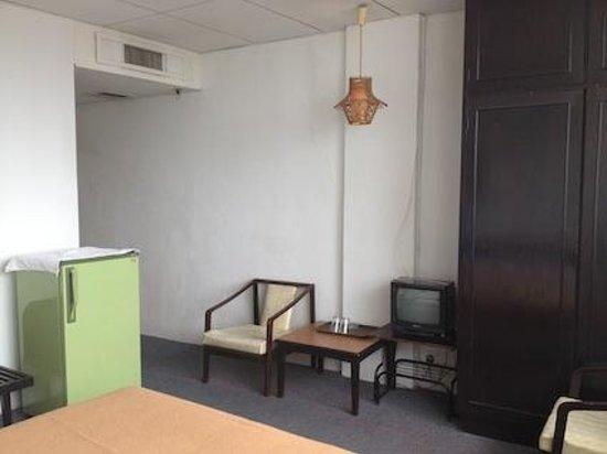 Oriental Hotel: 冷蔵庫やテレビはかなり旧式