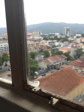 Oriental Hotel: 窓の立て付けがちょっと悪かった
