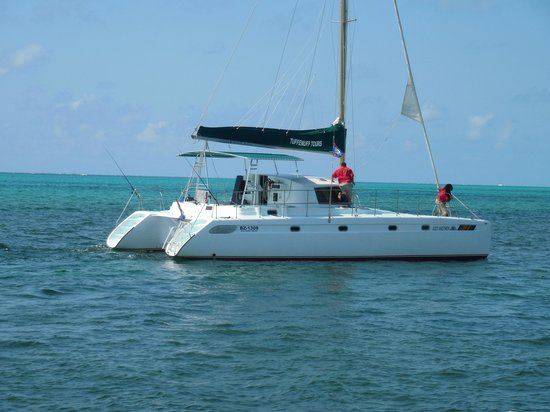 Athens Gate Beach Resort : A catamaran about to take off with guests from Athens Gate