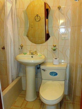 Condor Palace Hostal: Baño