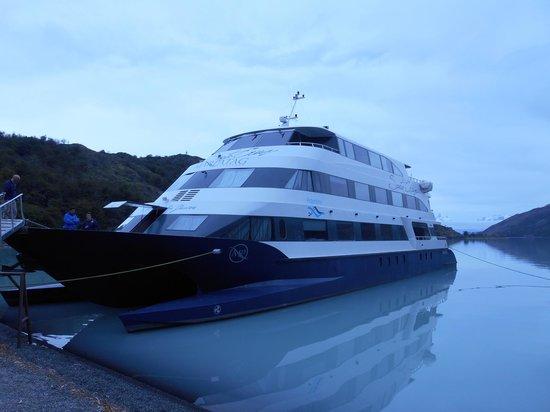 Cruceros MarPatag : barco fondeado DIA 2