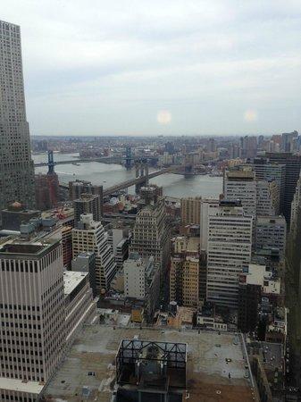 Millennium Hilton New York Downtown: Brooklyn bridge view from the hallway