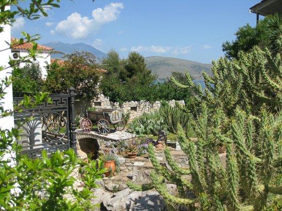 Archontiko Art Hotel: The front garden