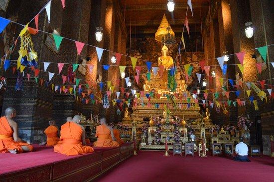 Temple du Bouddha Couché (Wat Pho) : Altar con monjes