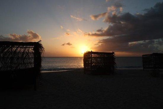 Keyonna Beach Resort Antigua: beach at sunset